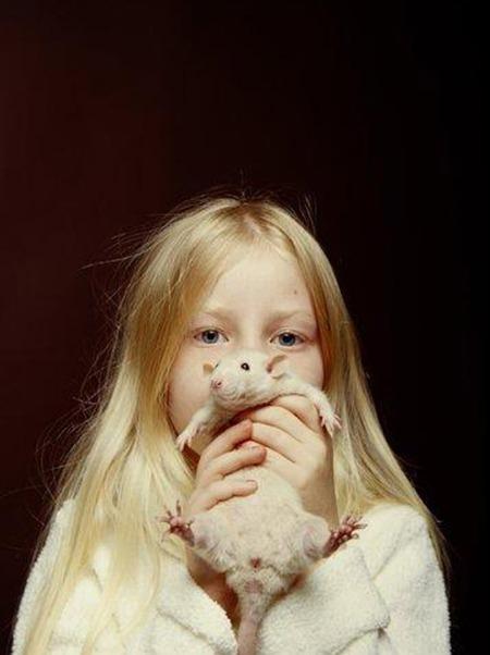 Flicka med råtta